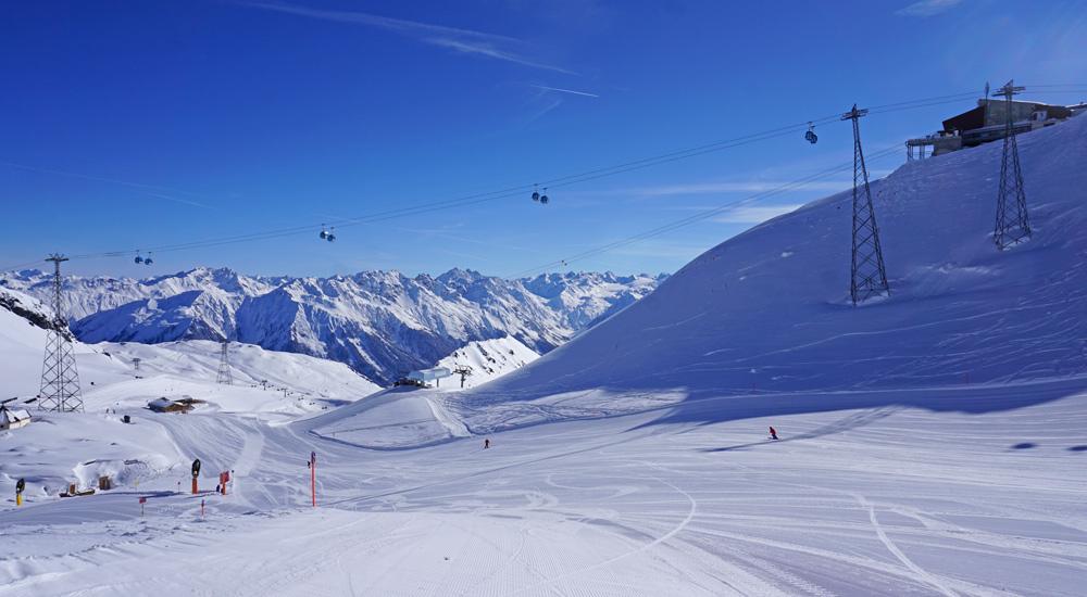 Blick auf die blaue Piste 15 im Skigebiet Parsenn