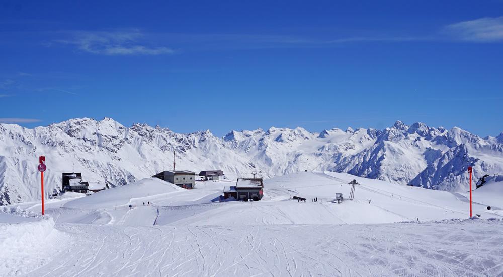 Blick auf Pisten und Panorama im Skigebiet Parsenn