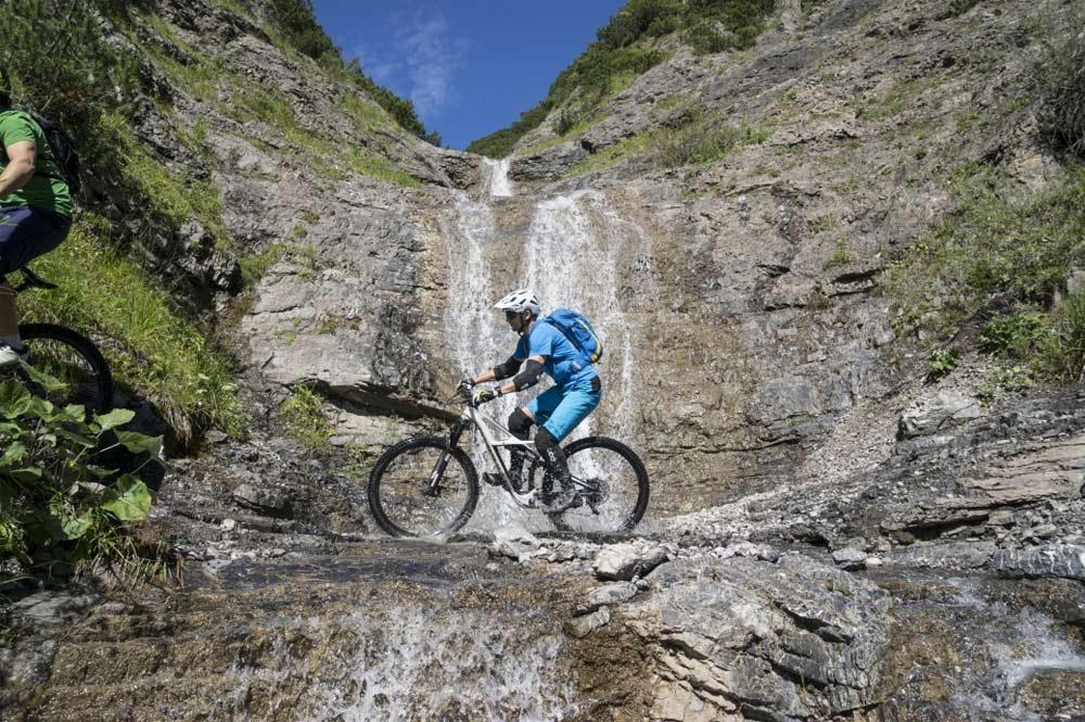 Knackige Schlüsselstellen, ein schottriger Abschnitt und mehrere enge Kurven erwarten Mountainbiker entlang des Blindsee Trails.