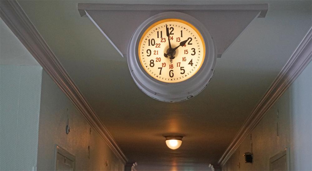 Uhr im Flur des Hotels Schatzalp