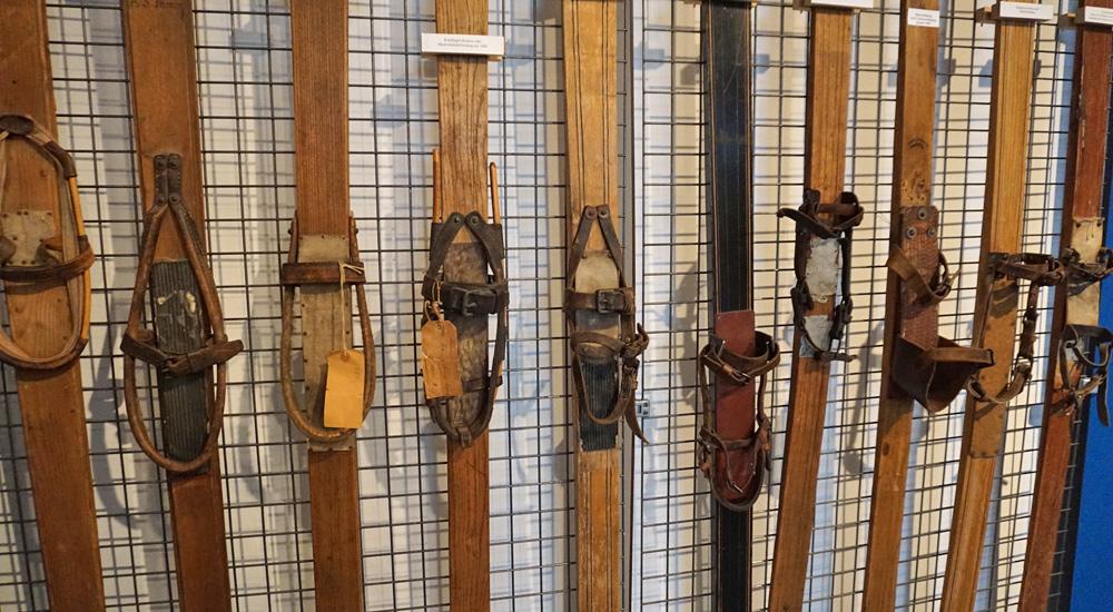 Sammlung alter Ski im Wintersportmuseum Davos