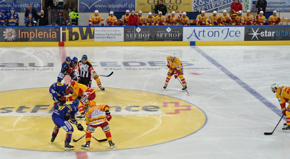 Anstoß beim Eishockey-Spiel des HC Davos