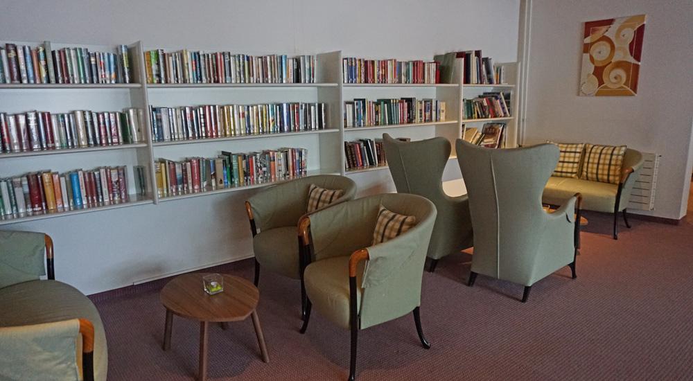 Bücherecke im Hotel Strela