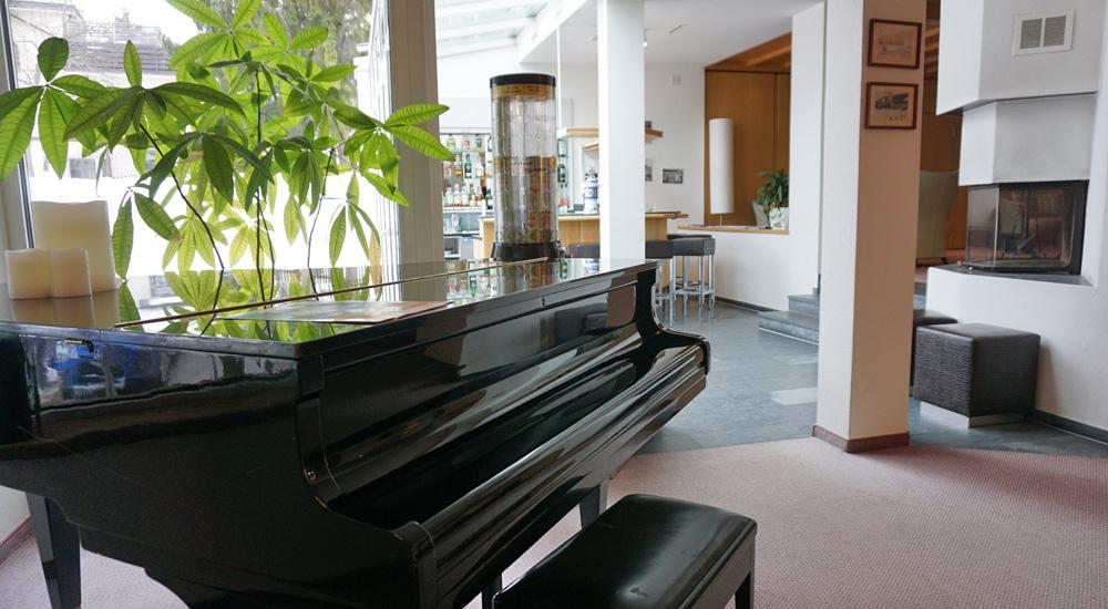 Flügel in der Lobby des Hotel Strela