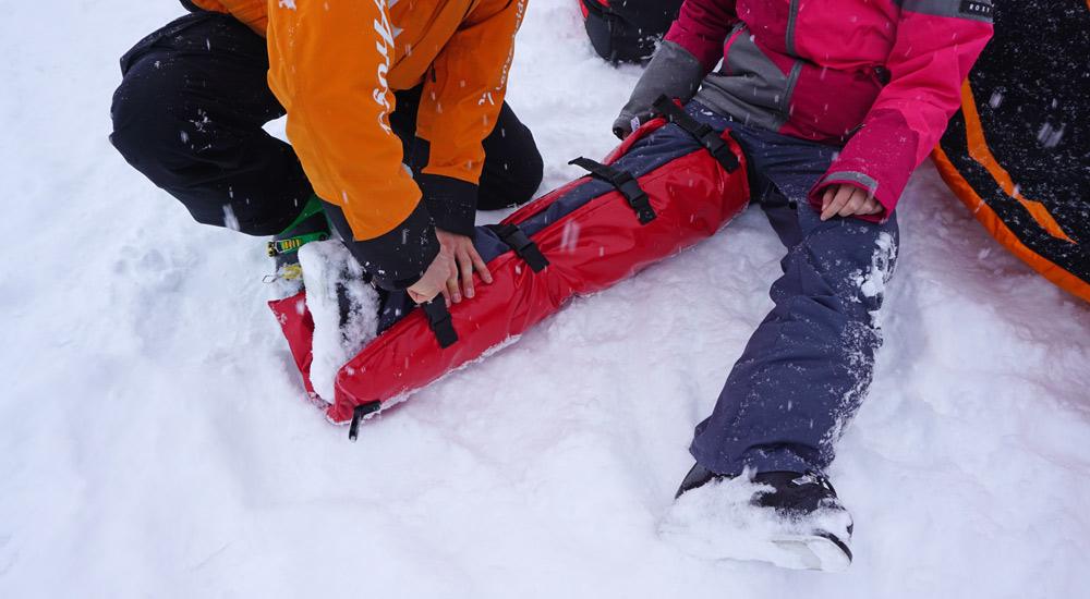 Anlegen der Beinschiene im Schnee