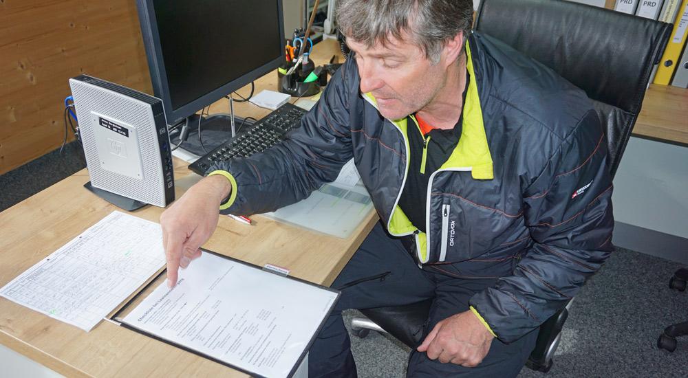 Pistenchef Wadi zeigt die Checkliste beim Lawinenabgang