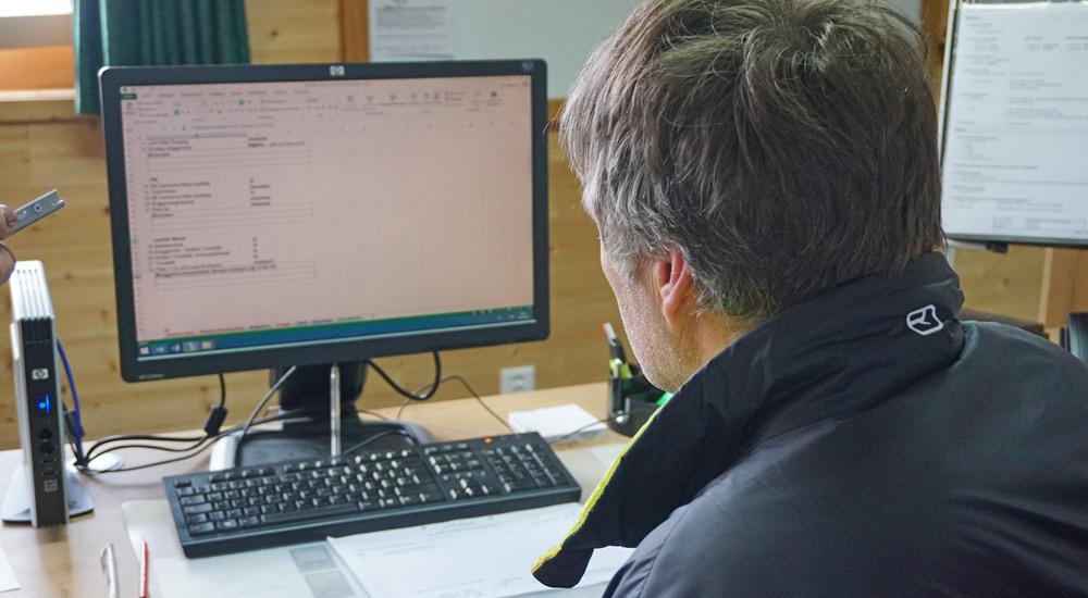 Wadi beim Eingeben des Schneeberichts am Computer