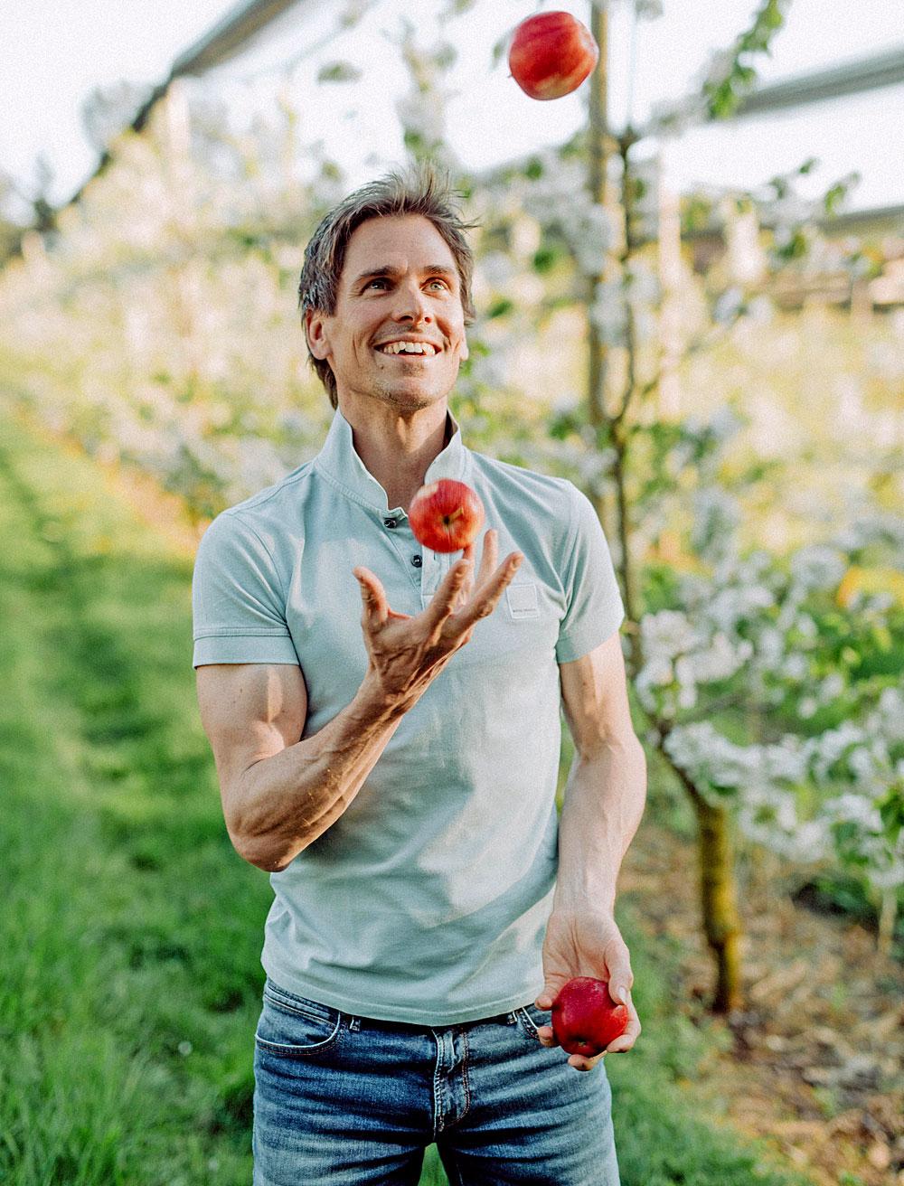 Olympiasieger Felix Gottwald beim Jonglieren mit Äpfeln