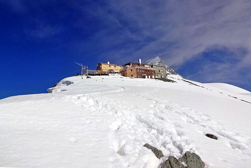 Blick auf die Erzherzog-Johann-Hütte auf der Adlersruhe am Großglockner