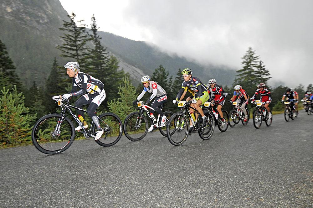 Mountainbiker bei schlechtem Wetter während des Nationalpark Bike-Marathons