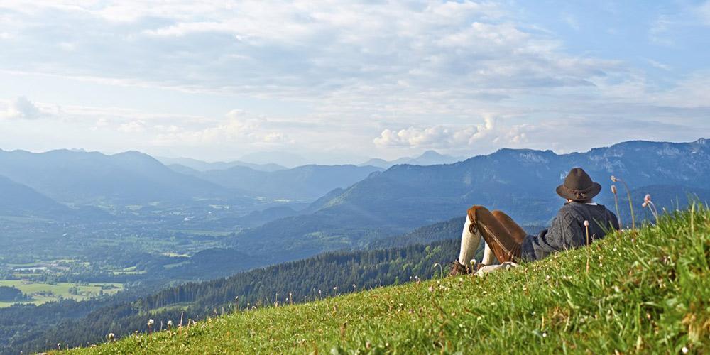 Wanderer genießt Ausblick vom Blomberg