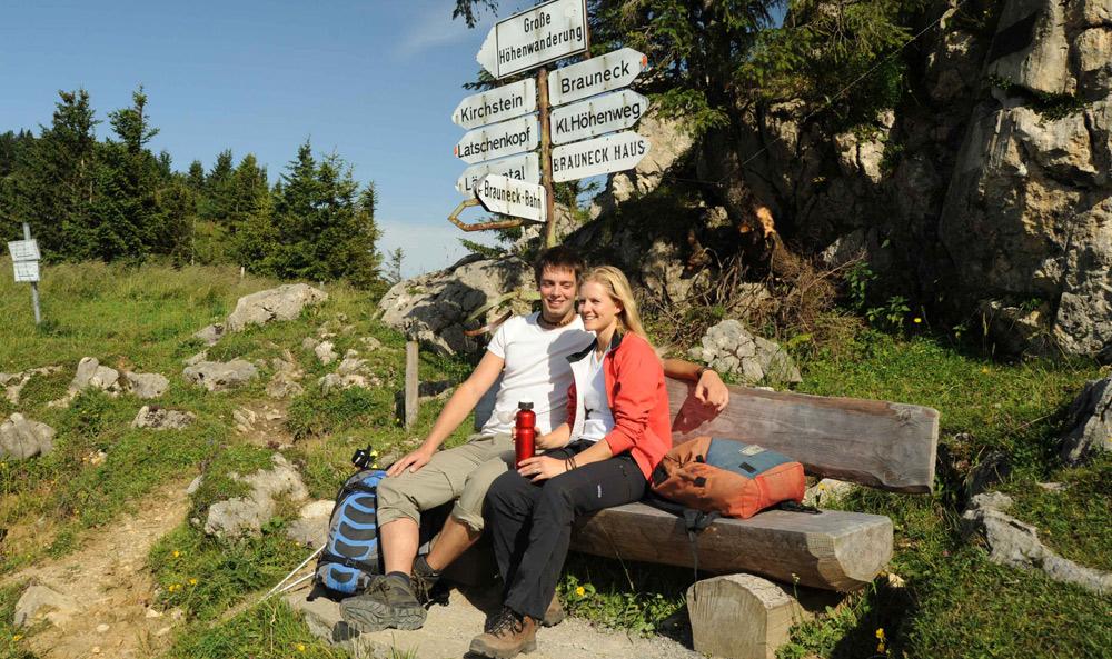 Paar bei einer Wanderpause am Brauneck