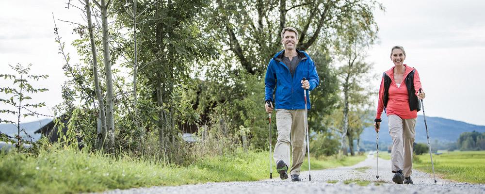 Paar beim Nordic Walken im Heilklimapark Tölzer Land