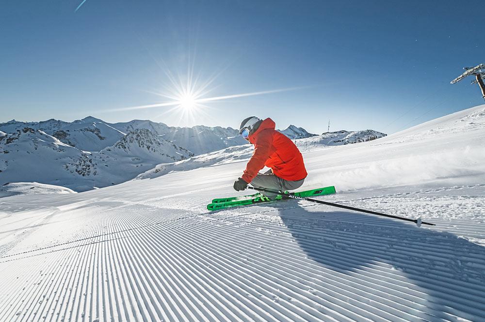 Skifahrer auf einer frisch präparierten Piste in Obertauern