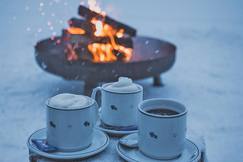 Heißer Kakao am Feuer