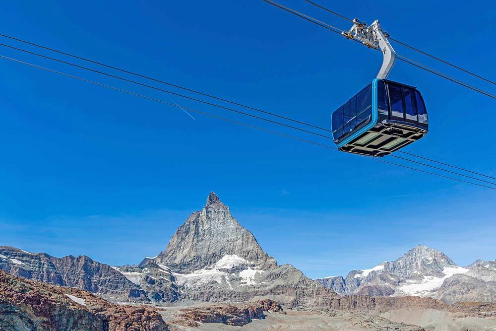Kabine des Matterhorn Glacier Rides mit dem Matterhorn im Hintergrund
