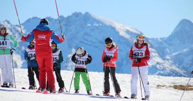 Skilehrer und Kinder beim Skikurs in der Almenwelt Lofer