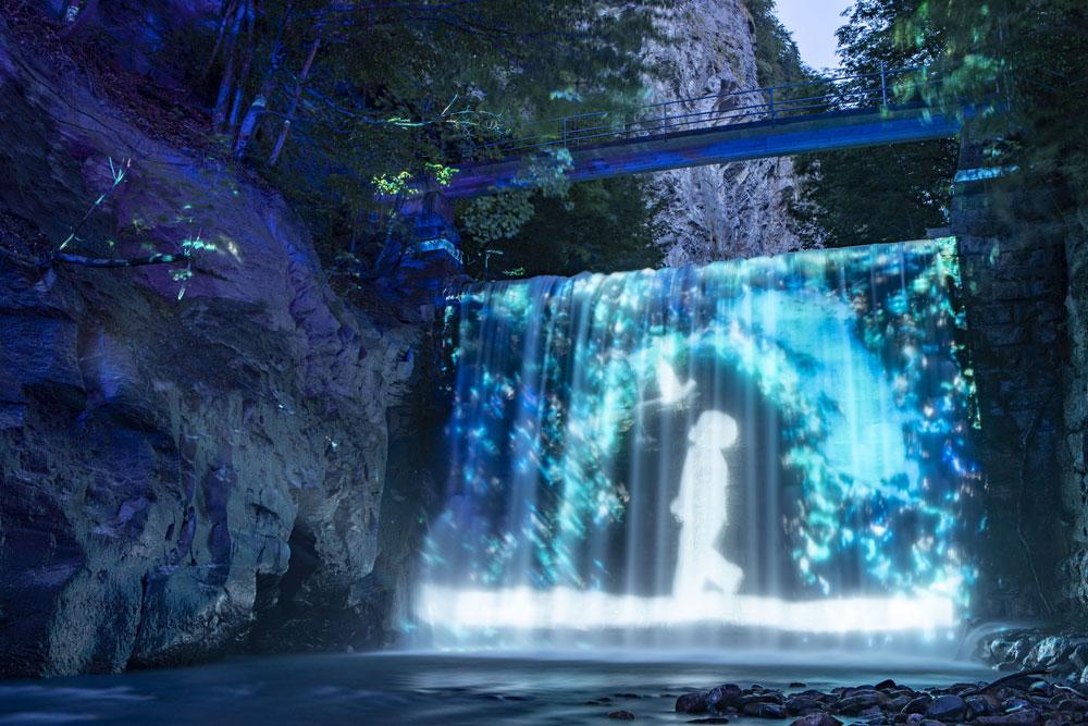 Wasserfall in der Lichtinstallation Tamina Lumina