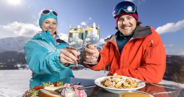 Paar beim Essen im Skigebiet Nassfeld