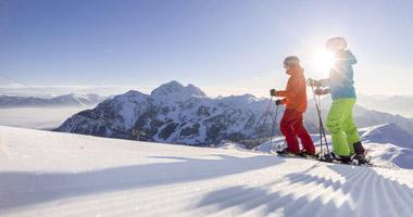 Skifahrer in der Sonne am Nassfeld