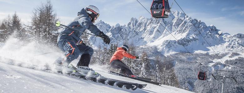 Skifahrer im Skigebiet Drei Zinnen Dolomiten