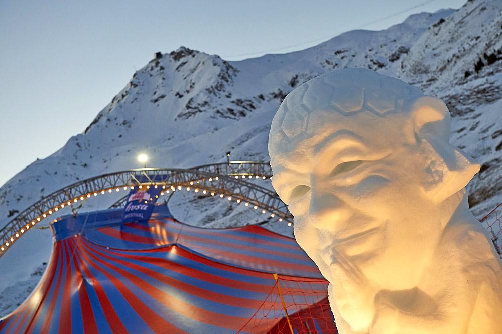 Die Eisskulptur mit dem Konterfei des Fifa-Präsidenten Giovanni Infantino beim Arosa Humorfestival