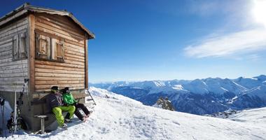 Skifahrer bei einer Pause im Skigebiet Andermatt+Sedrun+Disentis
