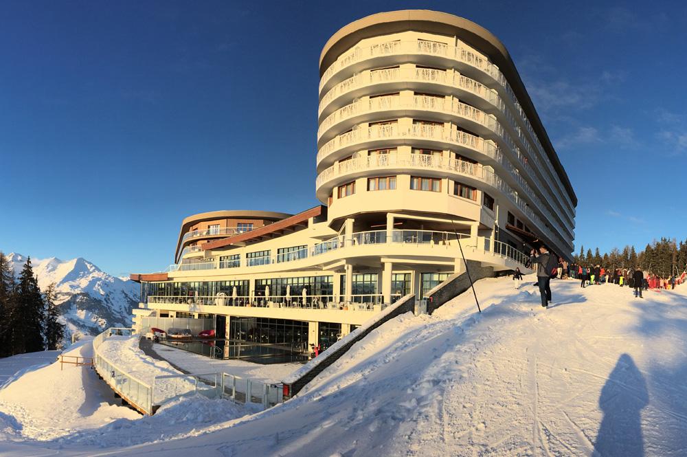 Blick von der Piste auf das Les Arcs Panorama Resort und den Wellness-Bereich