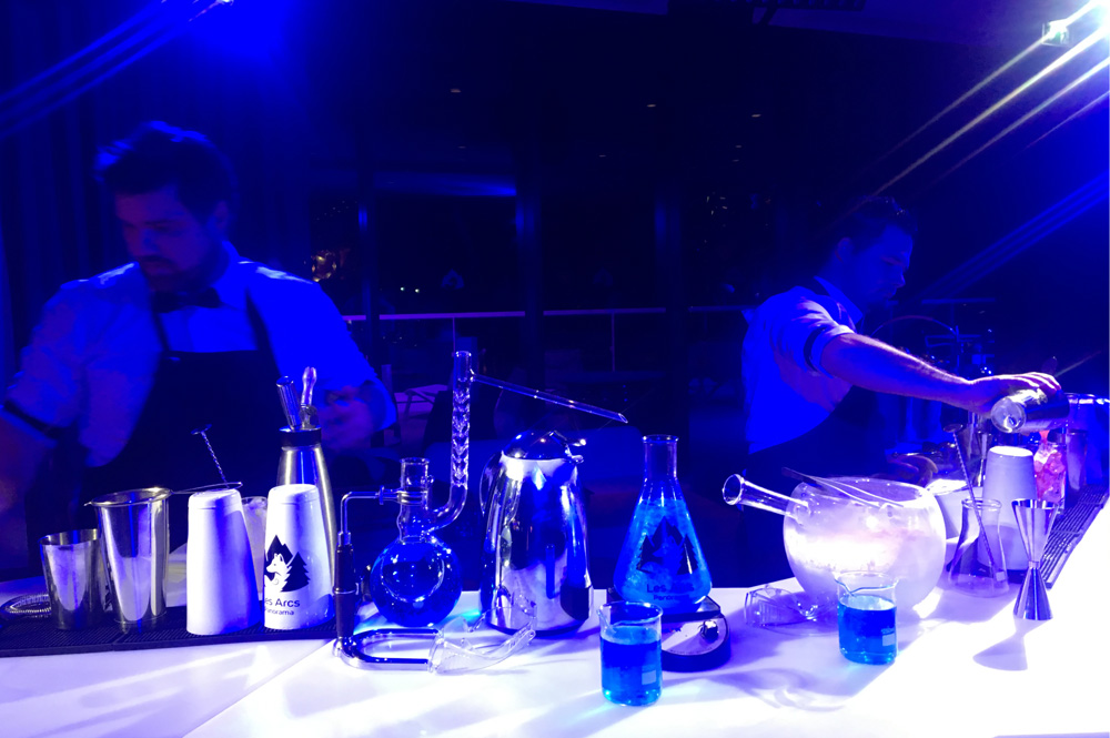Barkeeper in Action im Club Med Les Arcs Panorama Resort