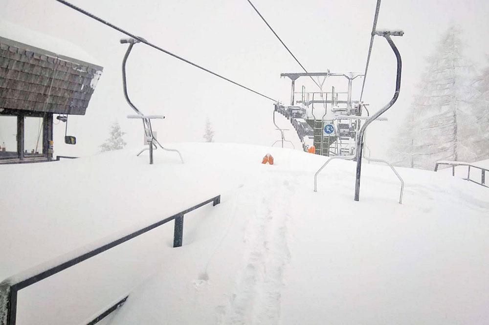 Die Bergstation der Doppelsesselbahn im Skigebiet Loser-Altaussee ist tief verschneit