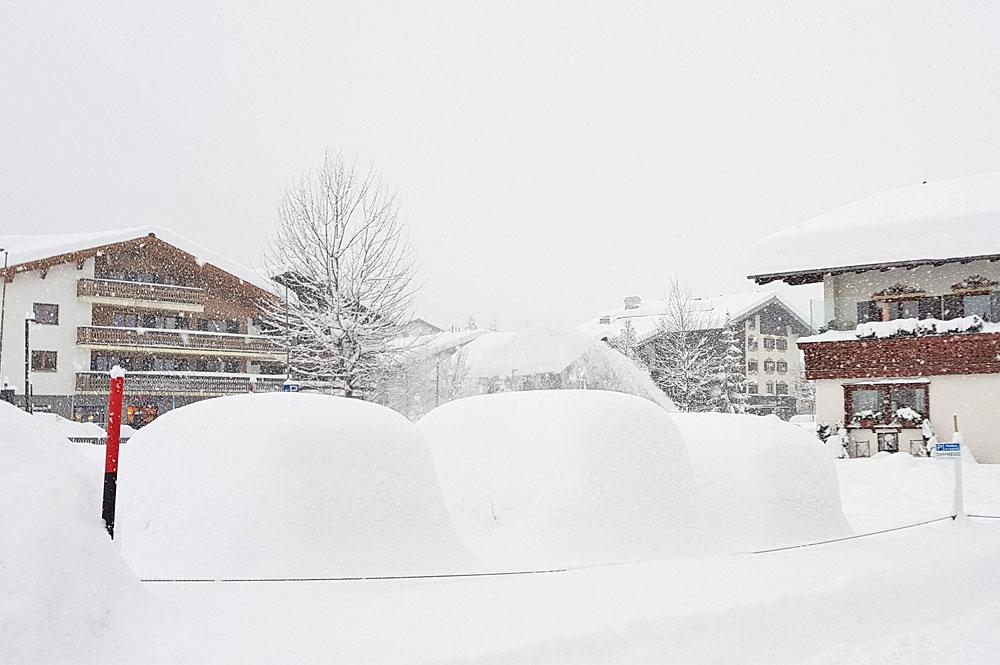 Tief verschneite Ortschaften im Skigebiet Lech-Zürs