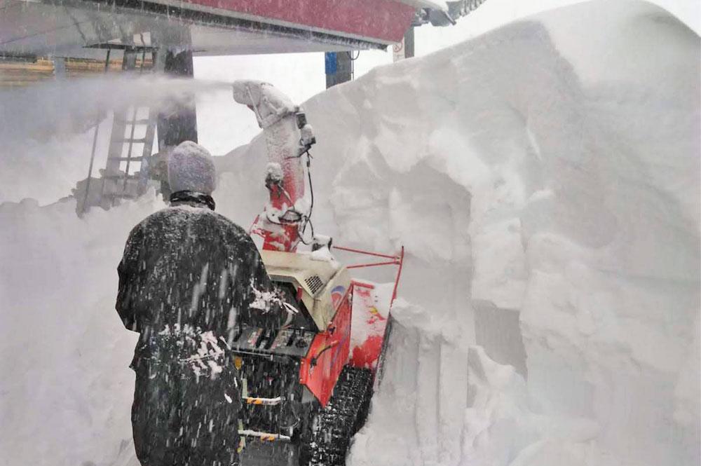 Bergbahnmitarbeiter kämpfen gegen die Schneemassen in Loser an
