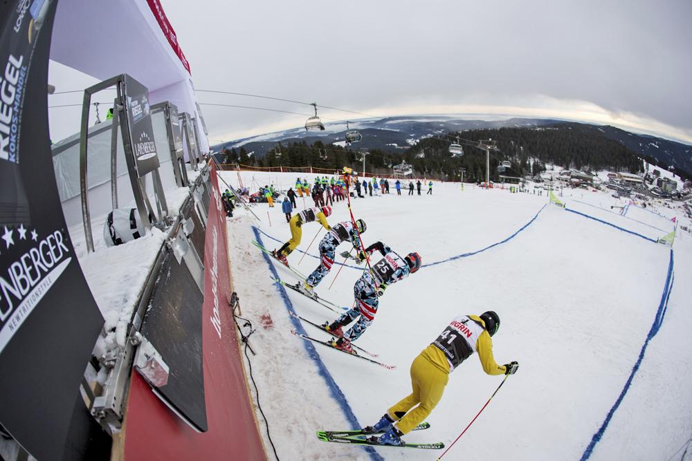 Athleten beim Start des Skicross-Weltcups am Feldberg