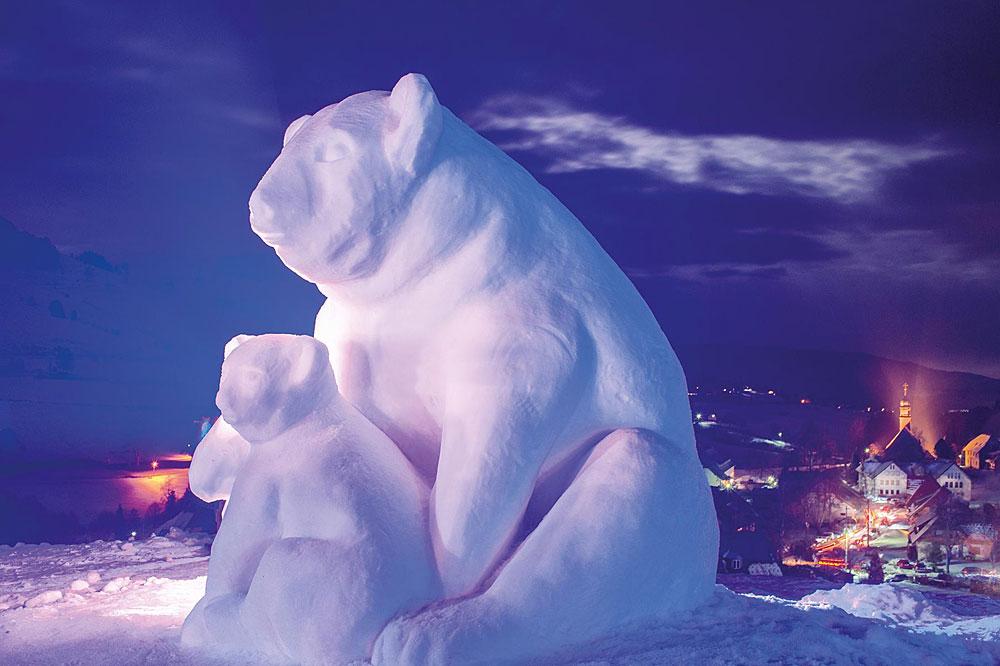 Eisbärenskulptur beim Schwarzwälder Schneeskulpturenfestival in Bernau