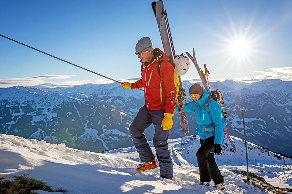 Paar am neuen Winterklettersteig in Kaltenbach