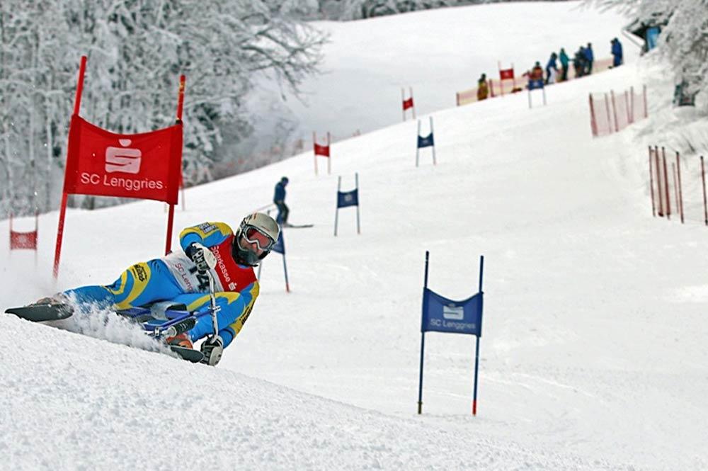 Mit Tempo und Skibob den Weltcup-Hang am Brauneck runterfahren