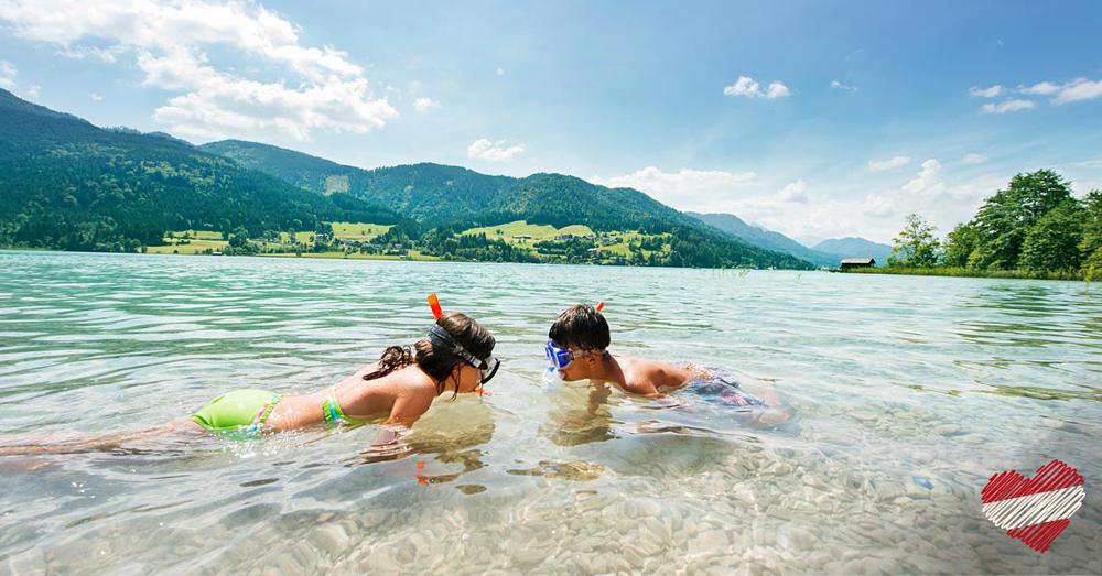 Kinder in einem Badesee in Österreich
