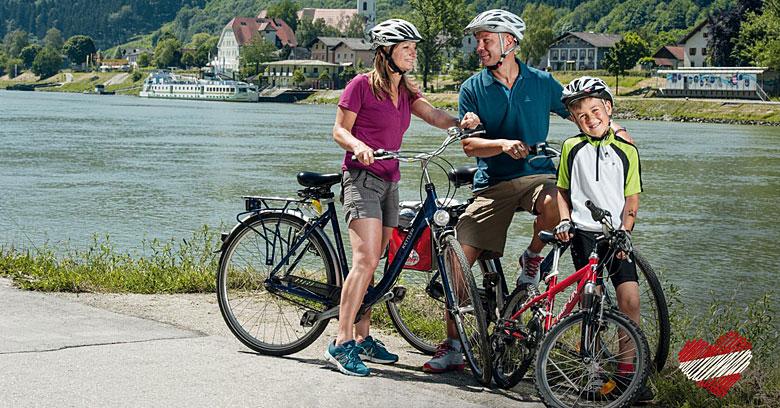 Familie beim Fahrradfahren auf dem Donauradweg