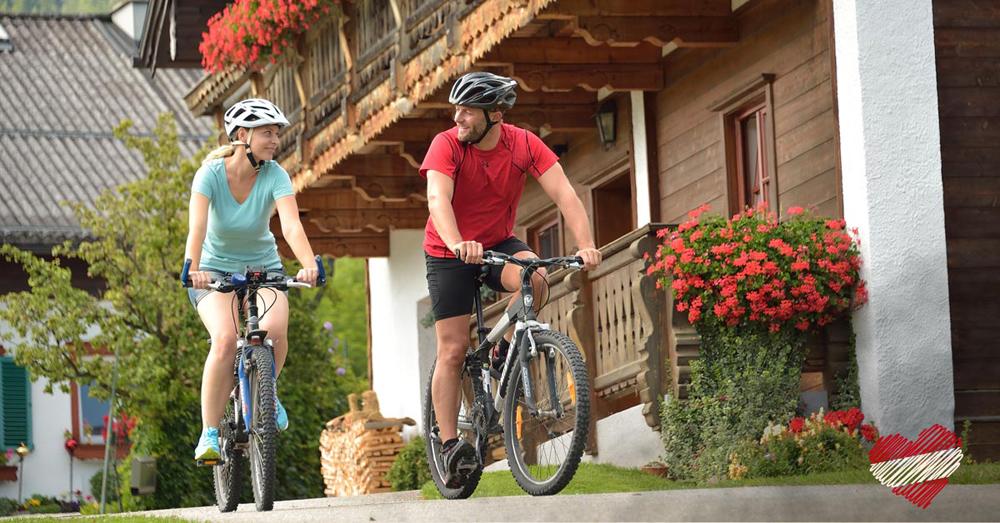 Paar beim Radfahrer am Bauernhof