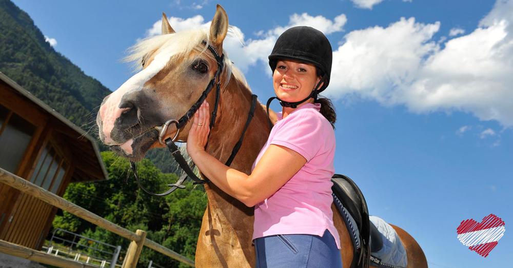 Mädchen mit Pferd auf einem Reiterhof
