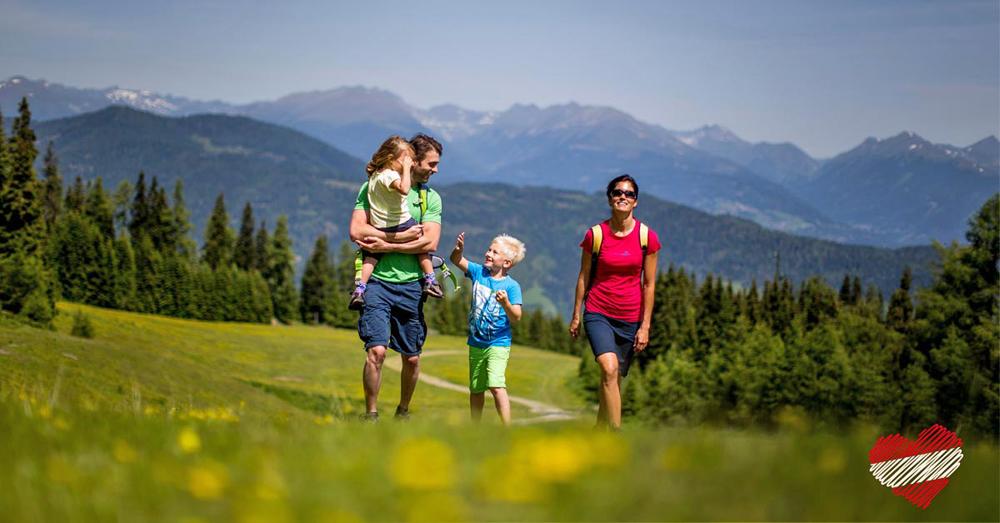 Familie beim Wandern im Murtal