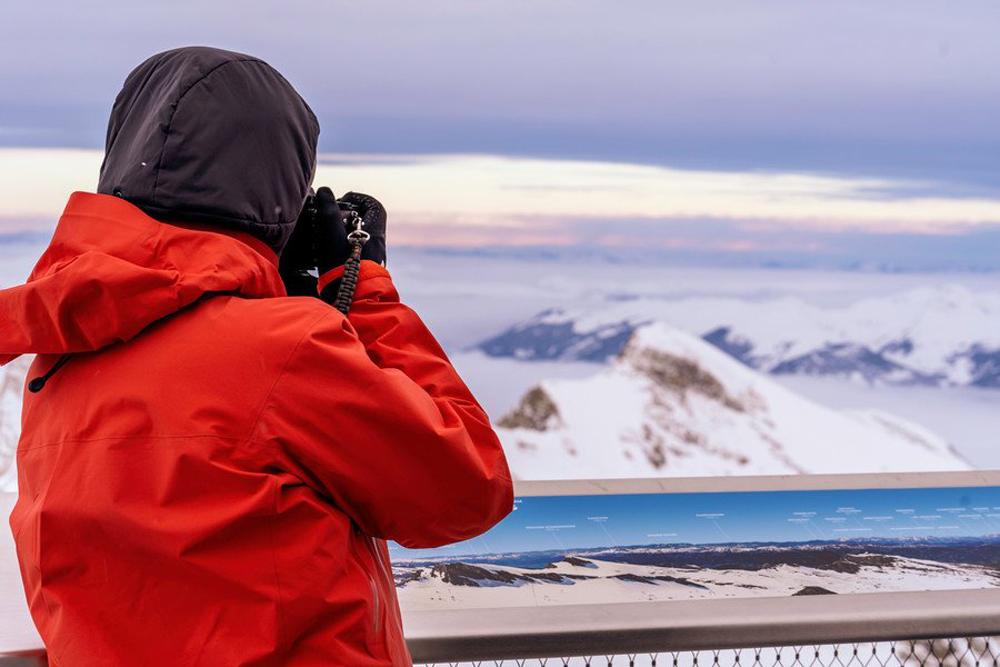 Instagramer beim Fotografieren auf dem Top of Salzburg