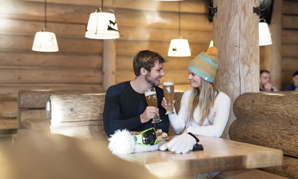 Paar in einem Restaurant auf der Zugspitze