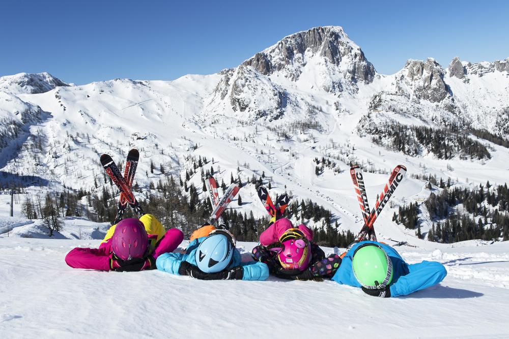 Kinder mit Skiern am Nassfeld