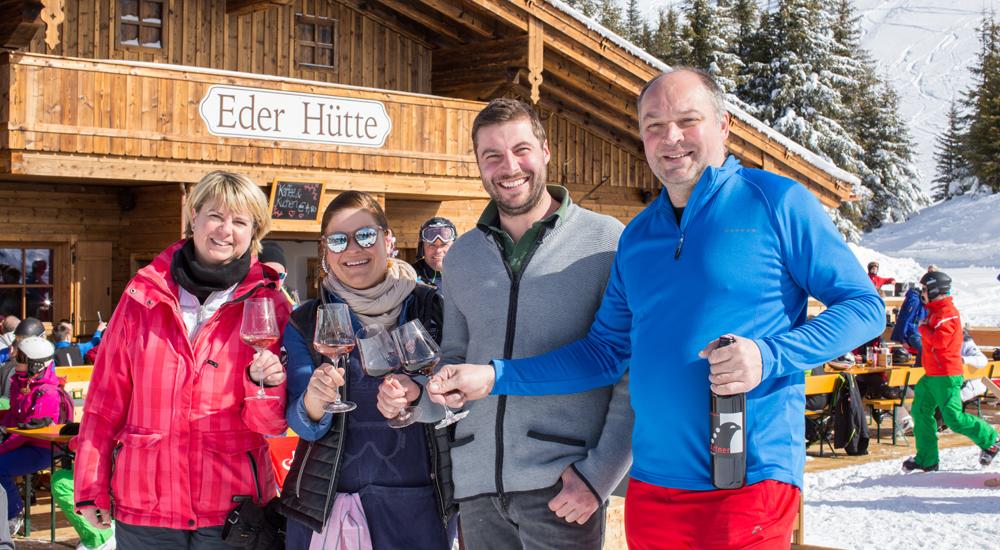 Weintrinker vor der Eder Hütte auf der Schmitten