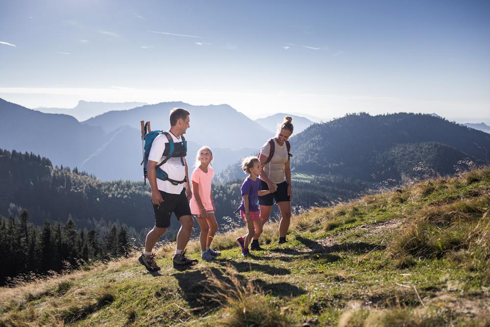 Familie beim Wandern in der Fuschlseeregion