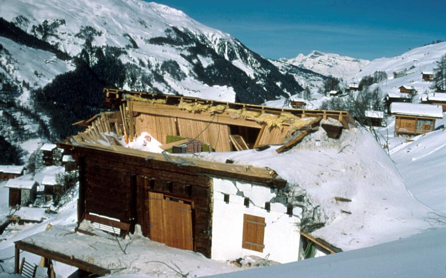 Zerstörtes Haus durch die Staublawine in Evolène am 21.02.1999