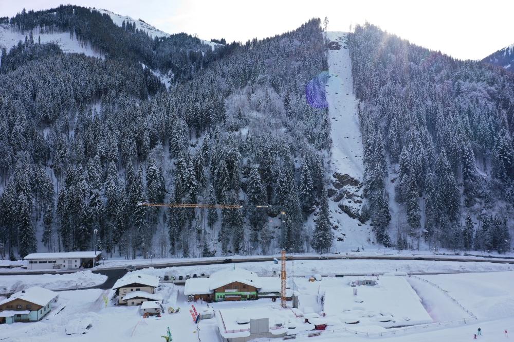 Blick auf die zukünftige Seilbahntrasse und den Rohbau der Talstation des ZellamseeXpress' I