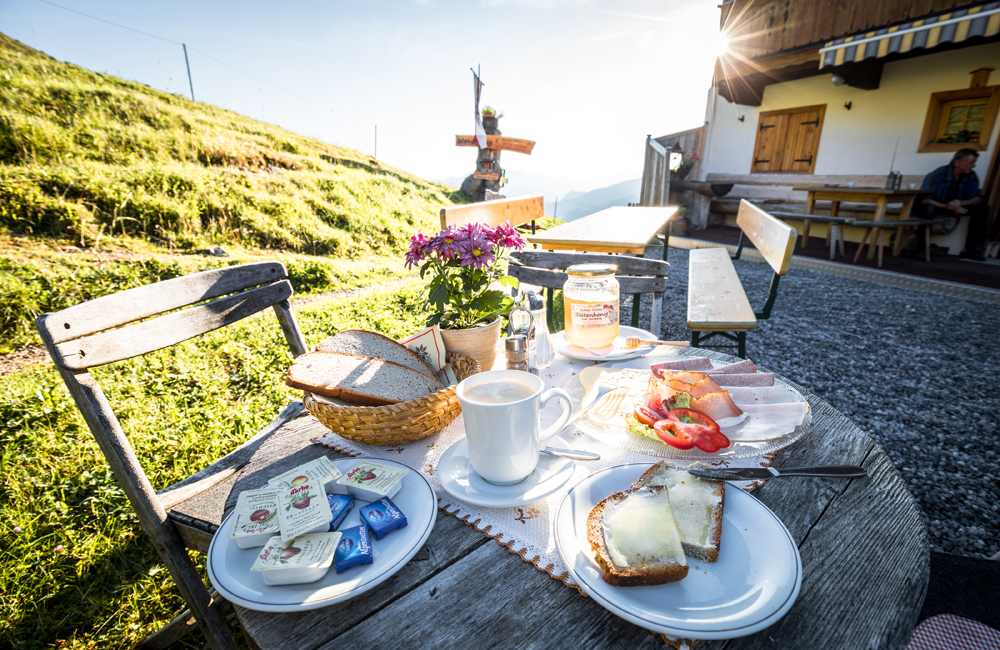 Gedeckter Frühstückstisch auf einer Almhütte