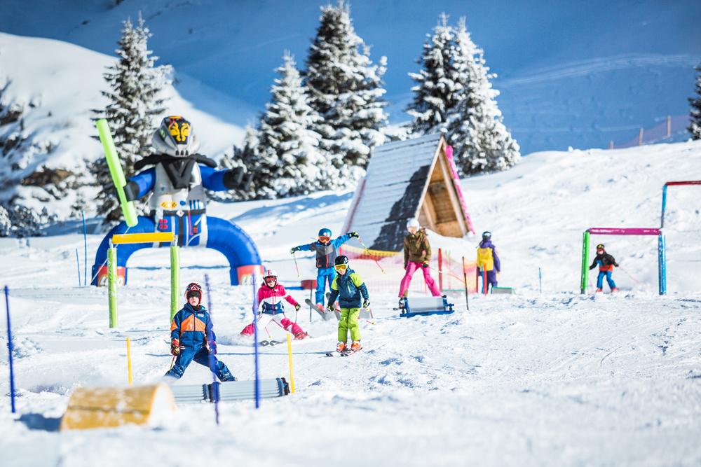 Kinder beim Skifahren in Obertauern